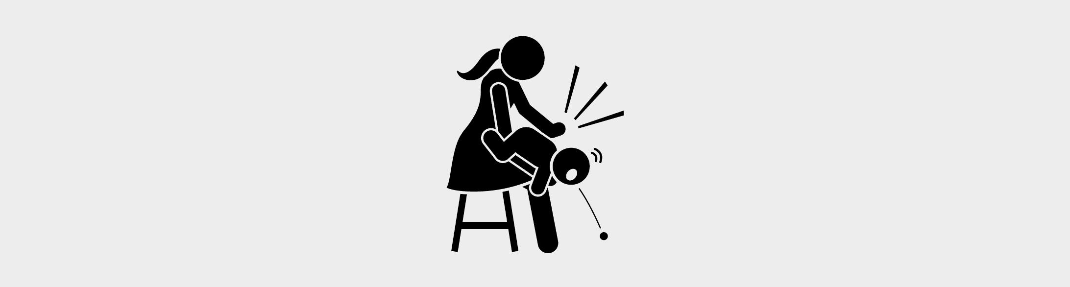 Illustration einer Mutter, die ihrem Kind vorsichtig zwischen die Schulterblätter klopft, damit dieses den verschluckten Gegenstand ausspuckt.