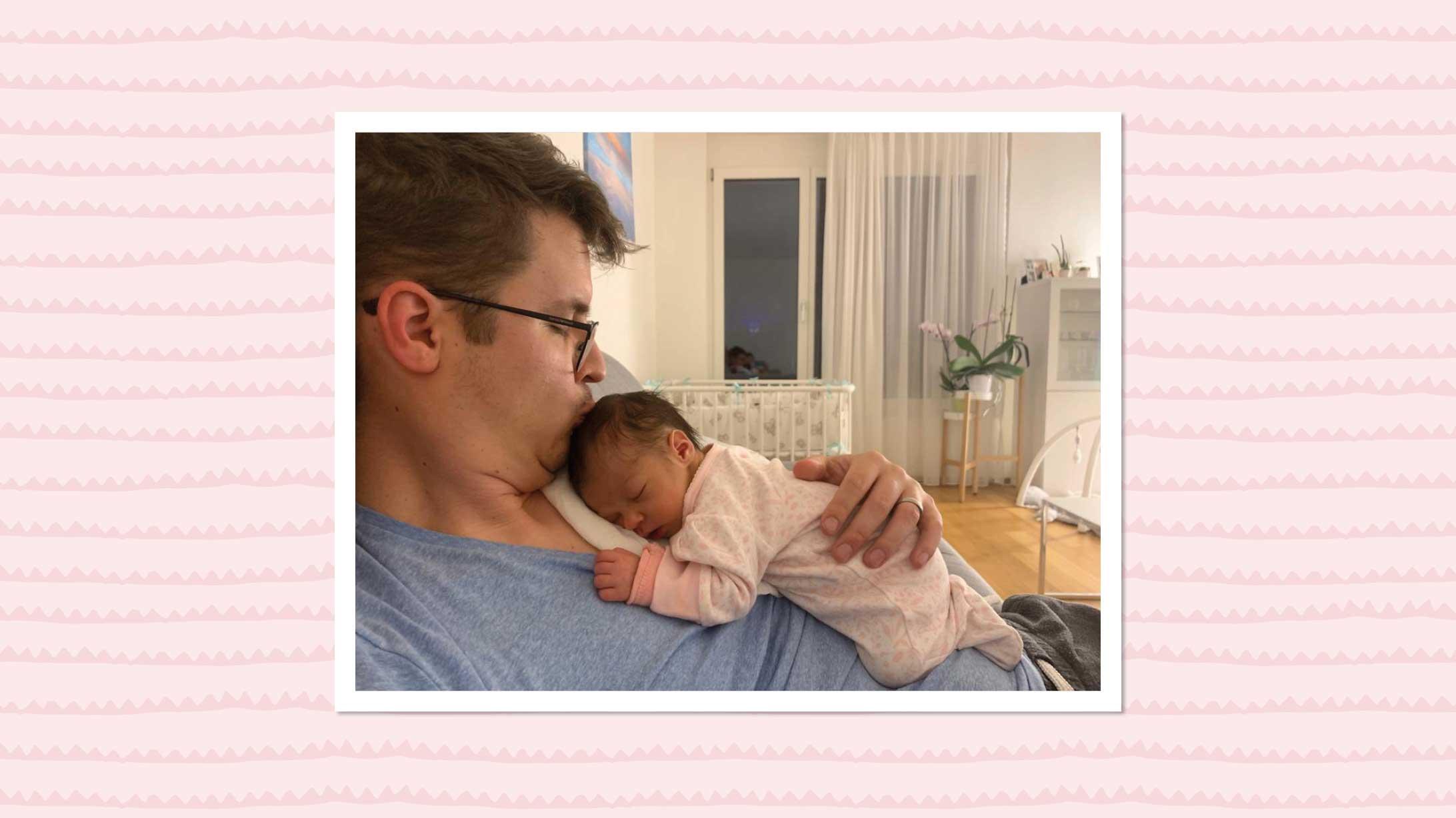 Ein junger Vater hält seine neugeborene Tochter auf der Brust.