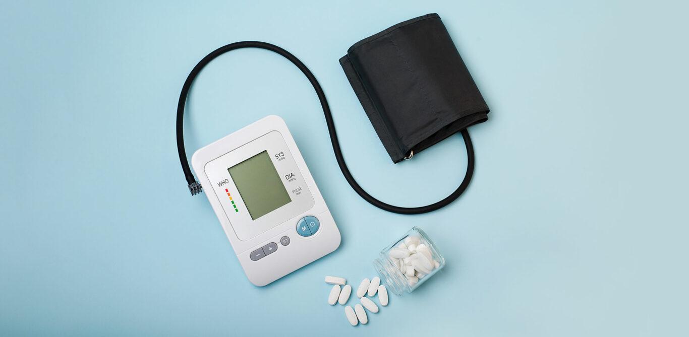 Bluthochdruck: Themenbild mit Blutdruckmessgerät und Tabletten