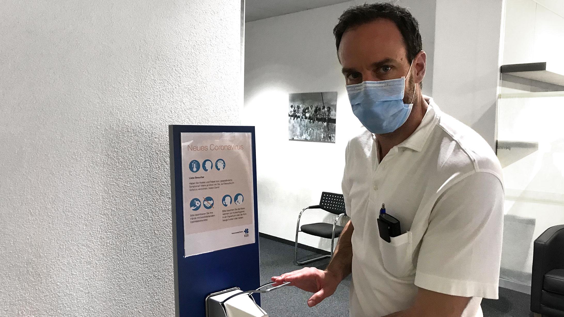 Pascal Köpfli, stellvertretender Leiter Kardiologie am KSB, desinfiziert sich die Hände.