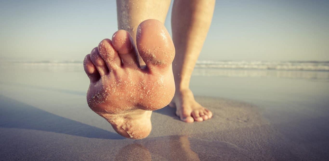 Nahaufnahme eines Fusses am Strand