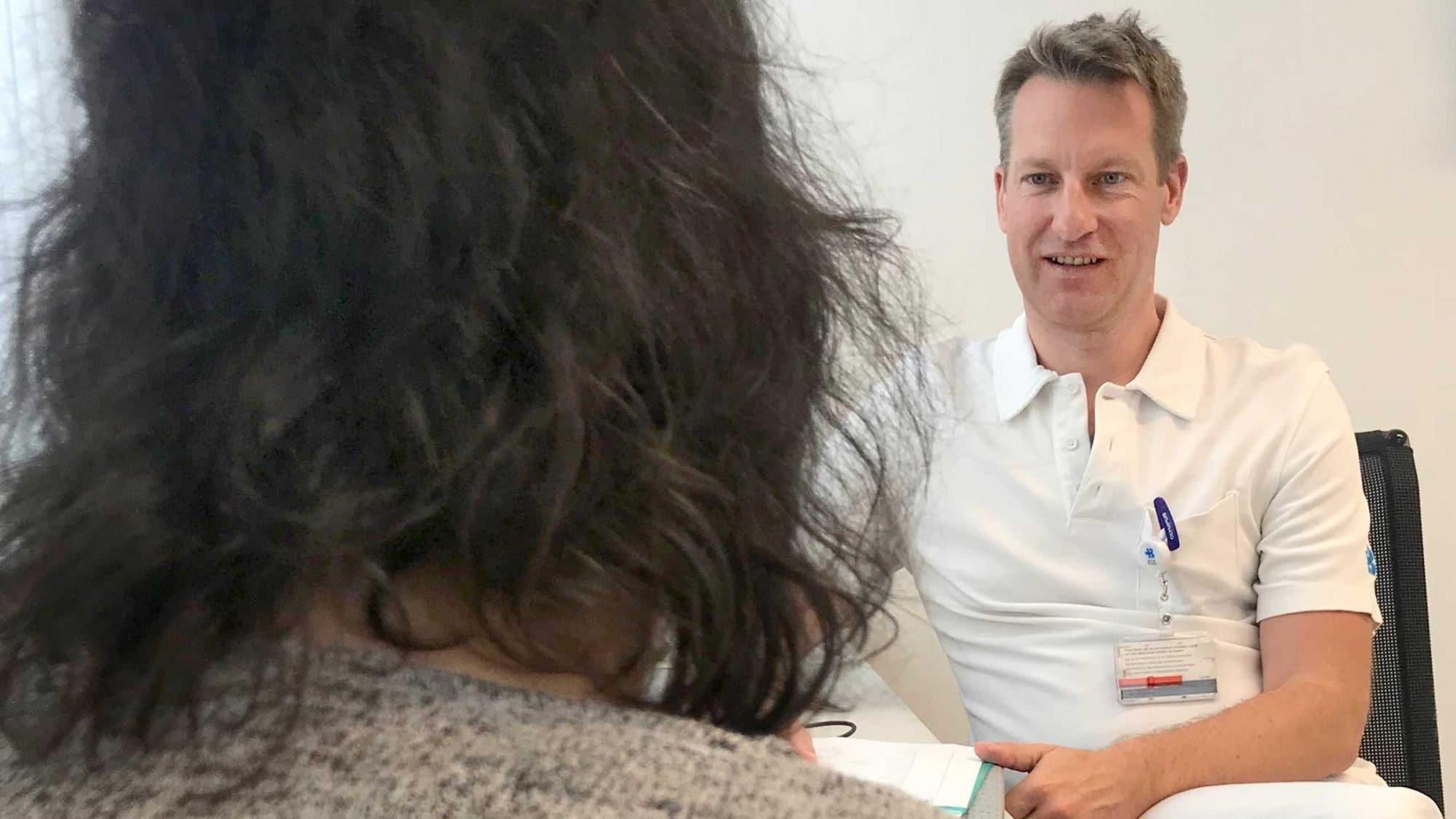 Fabian Deichsel im Gespräch mit einer Patientin.